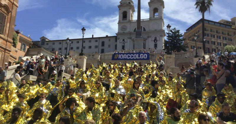 Il flash-mob di #ioaccolgo illumina piazza di Spagna