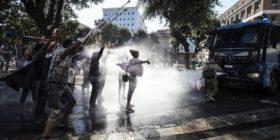 …E la chiamano accoglienza! A Roma manganelli e idranti contro un centinaio di persone di origine straniere