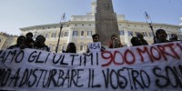 """Stragi migranti: le persone in piazza: """"Basta parole, azioni concrete""""."""