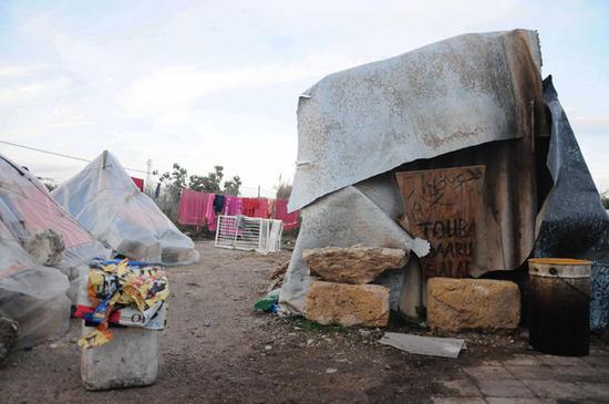 Immigrazione: muore nella 'tendopoli vergogna', proteste